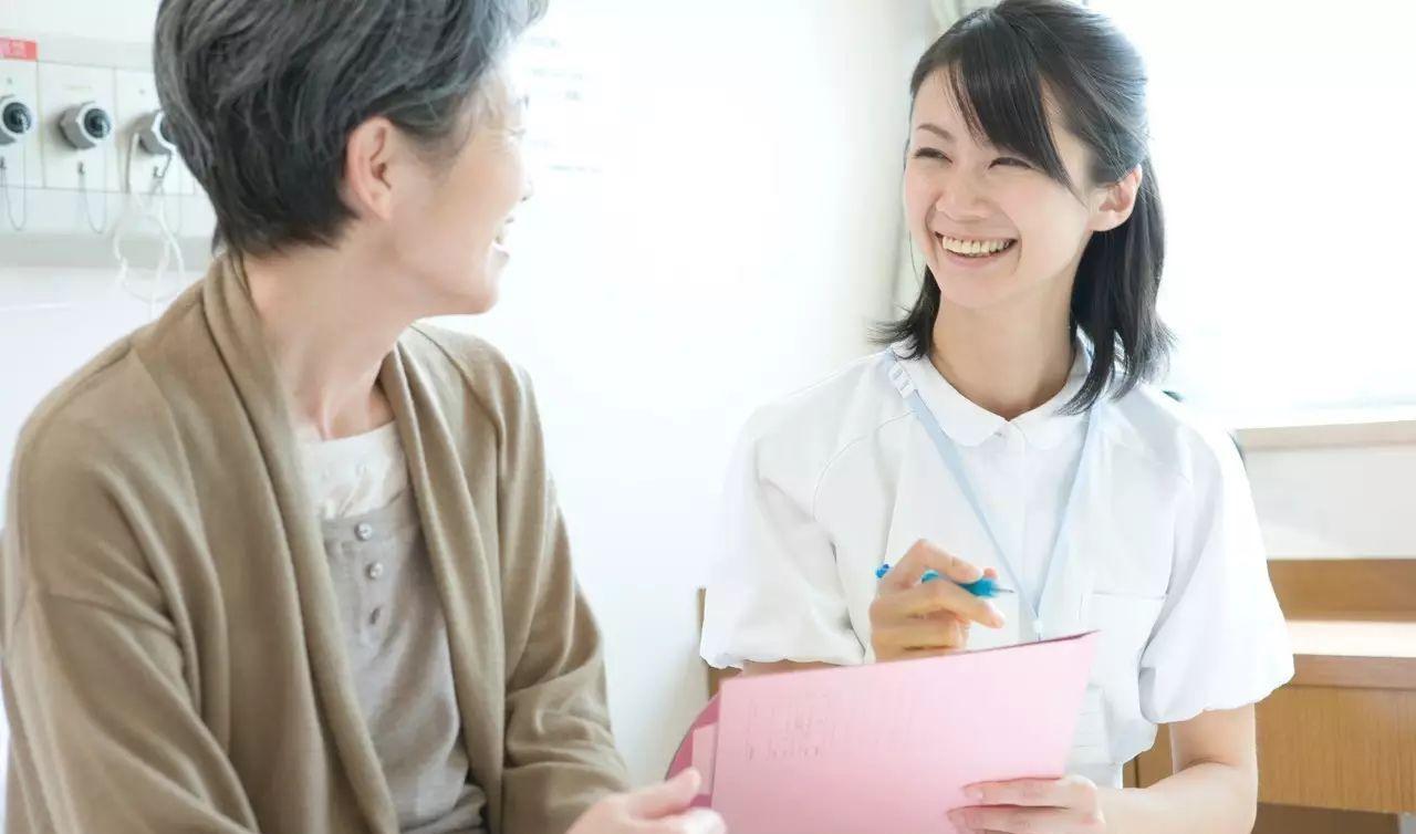 女性医療従事者と話す患者